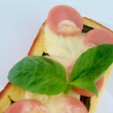 魚肉ソーセージと生バジルのマヨチーズトースト