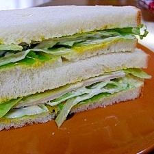 レタスときゅうりとハムのサンドイッチ