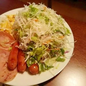 朝食にボリューミーサラダ