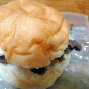 黒胡麻ペースト入り粒あんパン