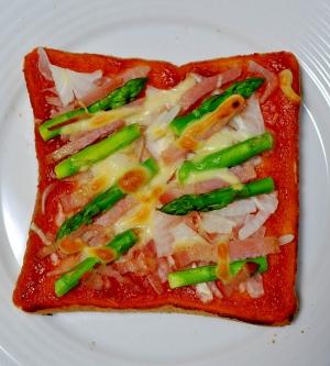 アスパラとベーコンのピザ風トースト