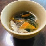 玉ねぎ、椎茸、人参、わかめの中華スープ☆