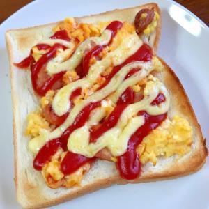 ウィンナーと炒り卵のケチャップマヨトースト