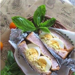 コールスローと塩麹卵のサンドイッチ
