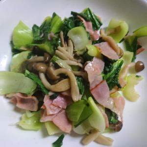 青梗菜とベーコンとしめじの炒め物
