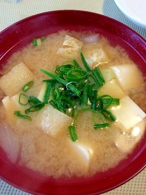 お揚げと豆腐とじゃがいもの味噌汁