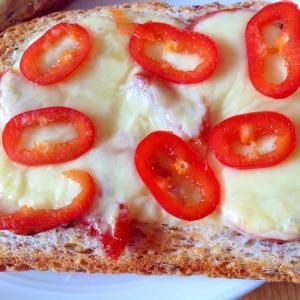 ミニパプリカを乗せたサラミチーズトースト