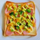 魚肉ソーセージとブロッコリーのトースト