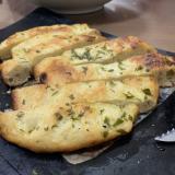 グリルパンで手ごねガーリックフランスパン