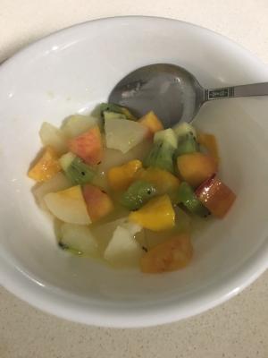冷蔵庫にある果物でフルーツサラダ