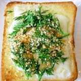 とろけるチーズ&人参葉&刻みピーナツのトースト♪