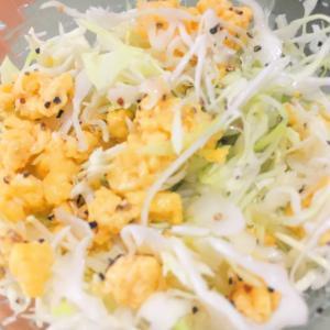 炒り卵とキャベツの黒胡椒和え