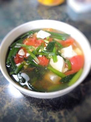 ニラとトマトのスッパ辛いスープ