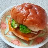 ブロッコリーとチーズソースのハンバーガー