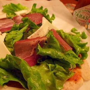 生ハムとスライスチーズのお手軽サラダピザ