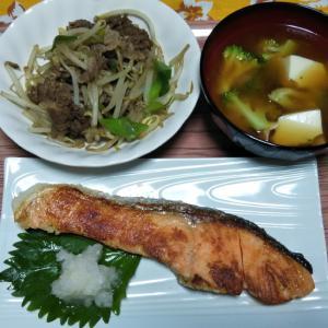 焼き鮭ともやし牛肉炒めと絹揚げブロッコリーの味噌汁