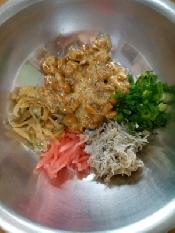 納豆に、添付のタレ・カラシを加えて混ぜ、しらす干し、ザーサイ炒め、刻んだ紅生姜、小葱を加えて混ぜ合わせます。