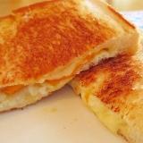中からチーズがとろ~り♪ポケットエッグのトースト