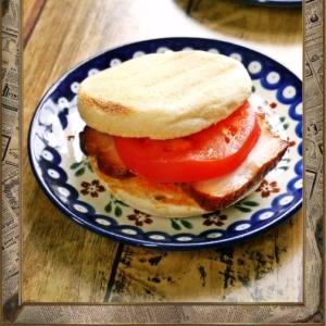 朝食は焼き豚トマトの熱々マフィン
