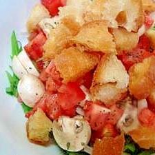 マッシュルームとトマトのクルトンサラダ