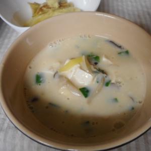 豆腐とキノコの豆乳スープ