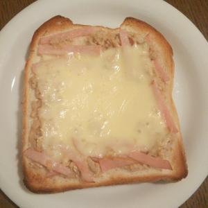 ツナマヨとハムのチーズトースト