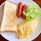 オムレツ+ウィンナー+レタス+トースト朝食プレート