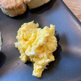 朝食にチーズ 入りふわふわスクランブルエッグ