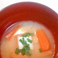 にんじんと厚揚げの味噌汁