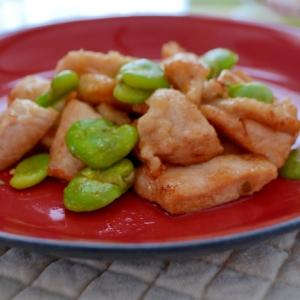 そら豆と鶏むね肉の炒め物