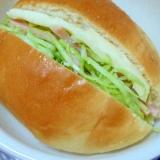 プロセスチーズとハムキャベツサラダのサンドイッチ