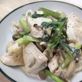 鶏むね肉とキノコ、小松菜のサワークリーム炒め