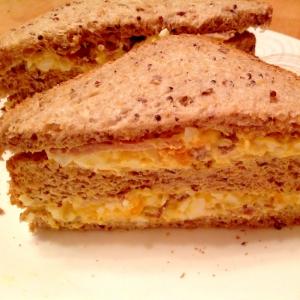 卵サラダとベーコンのサンドイッチ