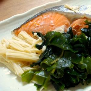 鮭とワカメのレンジ蒸し