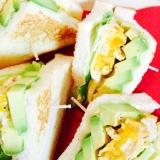 断面でゴクンッ!卵焼きとアボカドの三角サンドイッチ