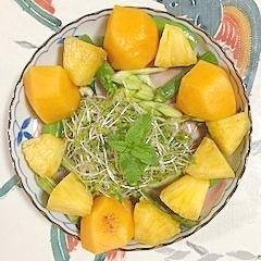 ロースハム、セロリ、柿、パインのサラダ