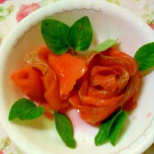 だし汁と梅酢漬けスモークサーモンの薔薇飾り盛り付け