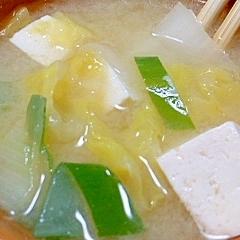 豆腐と白菜とネギの味噌汁
