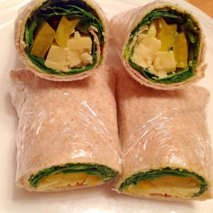 バジルと野菜とチーズのラップサンド