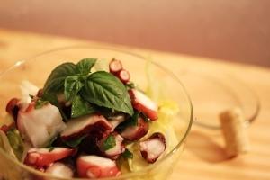 バジルの複雑な味はシンプルなタコを抜群に美味しく!