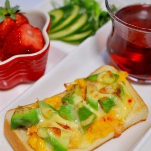 アボカドとスイートチリソースのエッグトースト