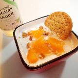 クラッカーと黄桃と胡桃のアロエソースかけヨーグルト