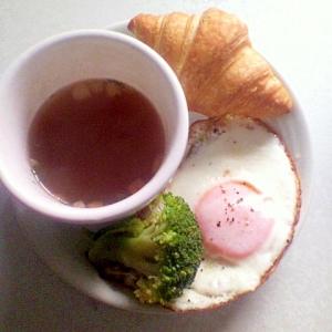 クロワッサン目玉焼きとスープのワンプレート