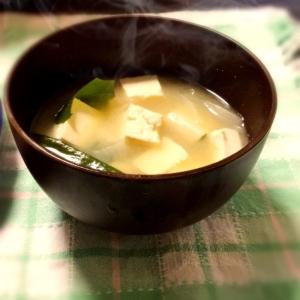 豆腐とわかめと玉ねぎのお味噌汁