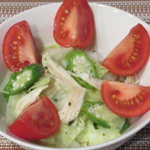 鶏肉とキャベツ・オクラのバジルソースサラダ