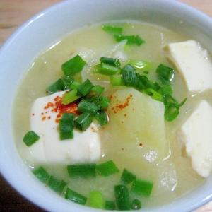 旨い!☆塩麹入り!じゃが芋と玉ねぎと豆腐の味噌汁☆