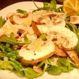 簡単ヘルシー生マッシュルームとルッコラのサラダ。