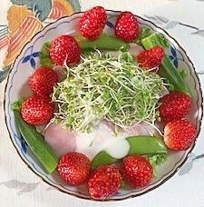 リーフレタス 、ロースハム、オクラ、いちごのサラダ