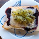 ブルーベリーとキウイのジャムとチーズのトースト