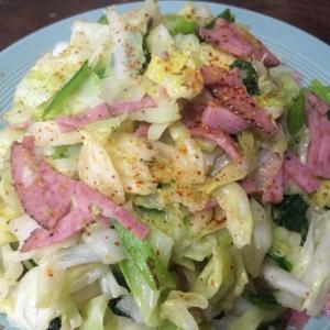 キャベツと小松菜とサラミ風ハムの炒め物